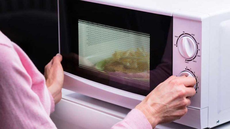 Peut-on superposer micro-ondes et mini four ?